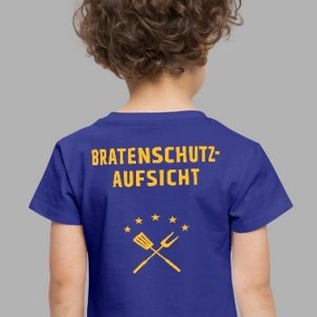 Kind von hinten, trägt Tshirt mit Motiv Bratenschutzaufsicht