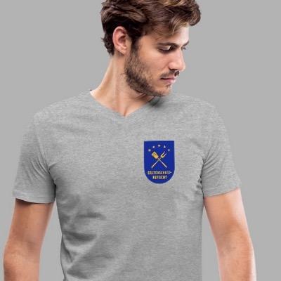 Bursch mit T-Shirt, Motiv Bratenschutz-Aufsicht in Form eines Dienstabzeichens
